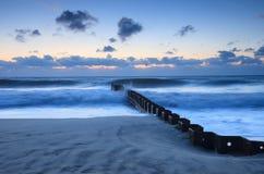 För havskymning för ljumske (Groyne) kust NC för strand Arkivbild