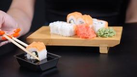 För havsmat för japansk restaurang meny Skaldjur Sunt äta, bantar och att banta begrepp Matvideo Closeup som skjutas av kvinnlig stock video