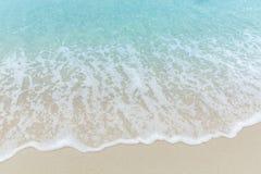 För havsvatten för slutet sätter på land övre blåa vågor på vit sand, härliga blått arkivfoto