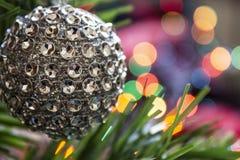 För helgdagsaftonleksak för silver kulöra garneringar med ljus royaltyfri foto
