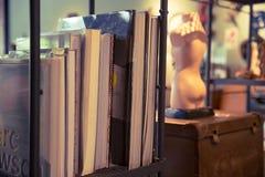 För hem- stil för objekt garneringtappning för bok retro royaltyfria bilder