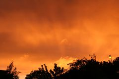 För himmelsol för brand röd uppsättning över Arkivfoton