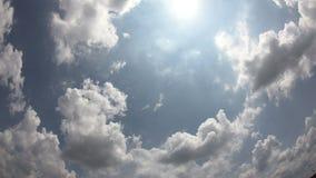 för himmeltid för sommar 4K schackningsperioden, solen som skiner och flyttar sig, fördunklar stock video
