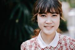 För hipstercloseup för asiatisk flicka ungt tonårigt leende för huvud lyckligt royaltyfria foton