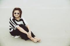 För hipsterindy för ståenden ler den asiatiska enkla solglasögon för kläder kvinnor arkivfoton