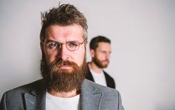 För hipsterkläder för man stiligt skäggigt glasögon Ögonhälsa och sikt Optik och visionbegrepp Glasögon som är åtföljande för fotografering för bildbyråer