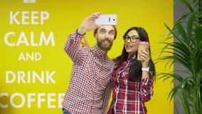 För för hipsterman och kvinna för blandat lopp som vänner gör selfie och har gyckel på kafét lager videofilmer