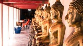 För hipsterstil för tappning retro effekt filtrerad bild av den guld- statyn för Buddha och thai konstarkitektur i watpho Royaltyfria Foton
