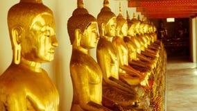 För hipsterstil för tappning retro effekt filtrerad bild av den guld- statyn för Buddha och thai konstarkitektur i watpho Royaltyfri Fotografi