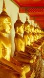 För hipsterstil för tappning retro effekt filtrerad bild av den guld- statyn för Buddha och thai konstarkitektur i watpho Royaltyfria Bilder