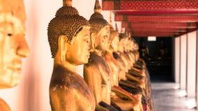 För hipsterstil för tappning retro effekt filtrerad bild av den guld- statyn för Buddha och thai konstarkitektur i watpho Royaltyfri Bild