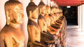 För hipsterstil för tappning retro effekt filtrerad bild av den guld- statyn för Buddha och thai konstarkitektur i watpho Royaltyfri Foto