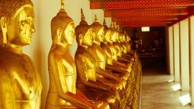 För hipsterstil för tappning retro effekt filtrerad bild av den guld- statyn för Buddha och thai konstarkitektur i watpho Arkivfoto