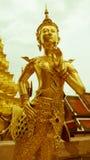 För hipsterstil för tappning retro effekt filtrerad bild av den härliga guld- ängelstatyn Thailand Arkivbilder