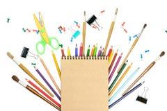 För hjälpmedeltillbehör för brevpapper färgrika skrivande blyertspennor för pennor, Kraft papper som isoleras på vit bakgrund til fotografering för bildbyråer