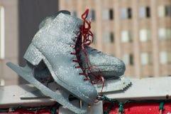 is för holdingen för handen för bakgrundscloseupkvinnlign åker skridskor utomhus snow Royaltyfri Foto