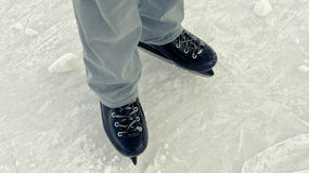 is för holdingen för handen för bakgrundscloseupkvinnlign åker skridskor utomhus snow royaltyfria foton