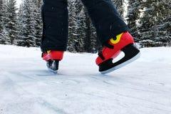 is för holdingen för handen för bakgrundscloseupkvinnlign åker skridskor utomhus snow arkivbild