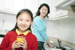 för holdingfruktsaft för flicka glass barn för orange Royaltyfria Foton
