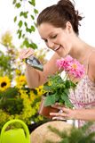 för holdingkruka för blomma arbeta i trädgården kvinna för skyffel Fotografering för Bildbyråer