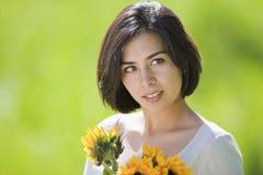 för holdingkvinna för härliga blommor latinamerikanskt barn Royaltyfri Foto