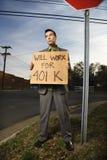 för holdingtecken för affärsman 401k barn Arkivfoto