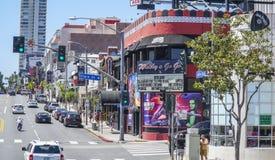 För Hollywood för solnedgångboulevard västra sikt gata - LOS ANGELES - KALIFORNIEN - APRIL 20, 2017 fotografering för bildbyråer