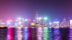 För Hong Kong för natt ljus färgrik schackningsperiod för tid för panorama 4k i stadens centrum fjärd Kina arkivfilmer