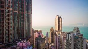 För Hong Kong för solnedgång ljust porslin för schackningsperiod för tid för panorama 4k för fjärd för tak byggnader arkivfilmer