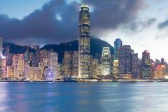 För Hong Kong för stadskontorsbyggnadljus sikt för natt för sjösida affär i stadens centrum Royaltyfri Fotografi