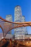 För horisontIsrael för telefon Aviv Azrieli Center arkitektur för stående format för skyskrapor för stad för natt blå timme moder fotografering för bildbyråer
