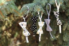 För ¡ hristmas för Closeup Ð garnering för träd med girlanden av bowtie Royaltyfri Fotografi
