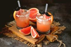 ` För hund för alkoholcoctail` salt med vodka, den nya grapefrukten, det salta havet och is Arkivfoton
