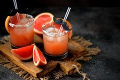 ` För hund för alkoholcoctail` salt med vodka, den nya grapefrukten, det salta havet och is fotografering för bildbyråer