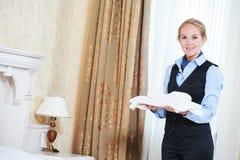 För hushållningarbetare för hotell kvinnlig charmbermaid med linne arkivfoto