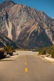 För huvudvägTibet för väg G318 landskap för flod berg Royaltyfri Fotografi