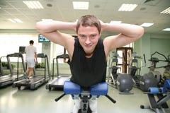 för idrottshallhälsa för 2 klubba man Arkivfoton