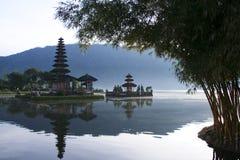 för indonesia för bali balinesegryning tempel lake Arkivbild