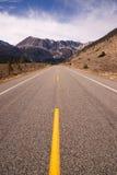 För ingångsTioga för huvudväg 120 väg Yosemite NP Kalifornien passerande Royaltyfri Fotografi