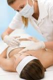 För injektionbehandling för BOTOX® kosmetisk kvinna fotografering för bildbyråer