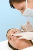 För injektionbehandling för BOTOX® kosmetisk kvinna royaltyfri foto