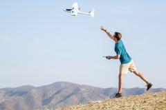 För inställningsfjärrkontroll för ung man nivå i luft arkivfoton