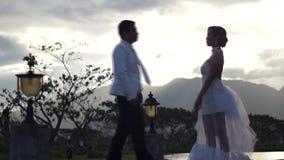 För inställningskvinna för ung man kyss hennes kantkonturer lager videofilmer