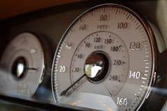 För instrumentbrädahastighetsmätare för lyxig sportbil inre slut upp arkivbild