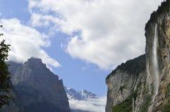 För interlaken för Lauterbrunnen staubbachnedgång fjällängar schweizare Royaltyfri Fotografi