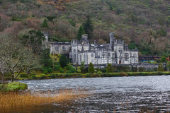 för ireland för ram för abbeyfacadefokus medelnear struktur kylemore Royaltyfri Fotografi