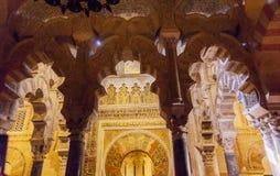För islambönen för mihraben välva sig den muslimska nischen Mezquita Cordoba Spanien Royaltyfri Foto
