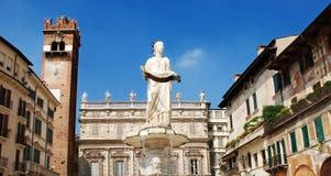 för italy för gardello för kolonndelleerbe torn verona för saint för piazza för slott för fläck för maffei lion arkivbilder
