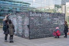 För jag dör önska på svart tavla i Brighton Arkivfoto