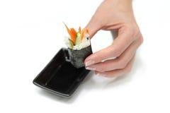 för japan för håll för doppkvinnlighand sushi soy till arkivbild